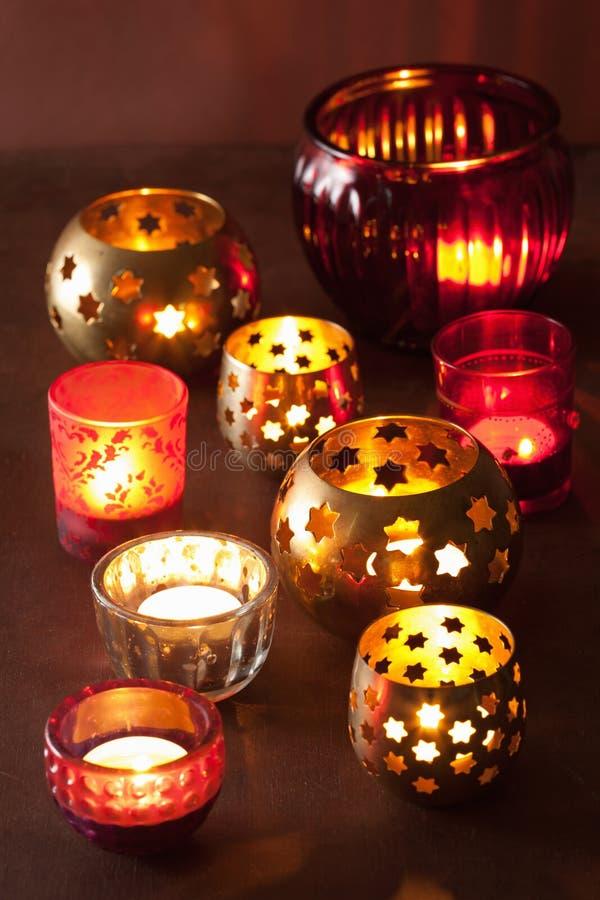 Luzes ardentes da decoração das lanternas do Natal imagem de stock