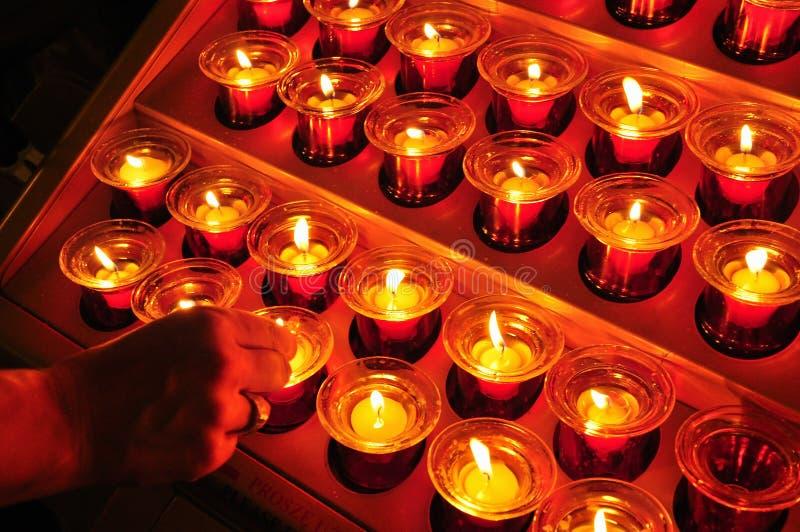 Luzes ardentes da vela da oração cristã imagens de stock