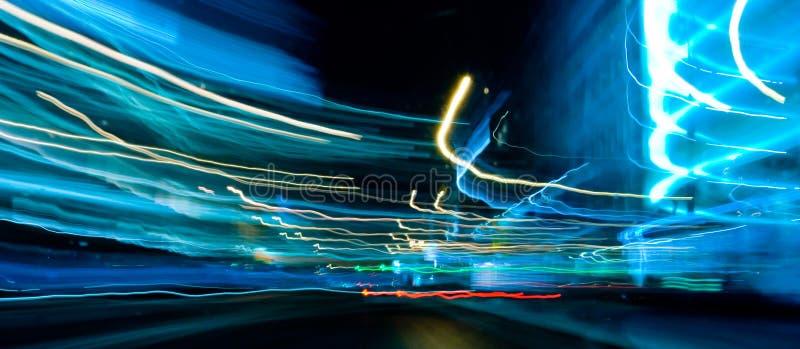 Luzes azuis do carro do movimento fotografia de stock