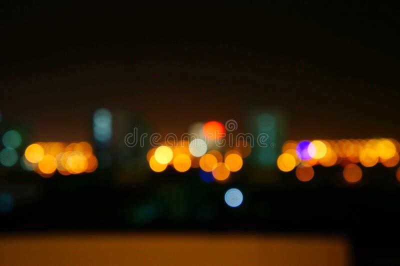 Luzes borradas da cidade com luzes obscuras fotos de stock royalty free