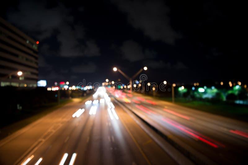 Luzes borradas da cidade da noite fundo defocused da velocidade vida noturna do borrão ilumina??o Luz urbana abstrata da noite fotos de stock royalty free