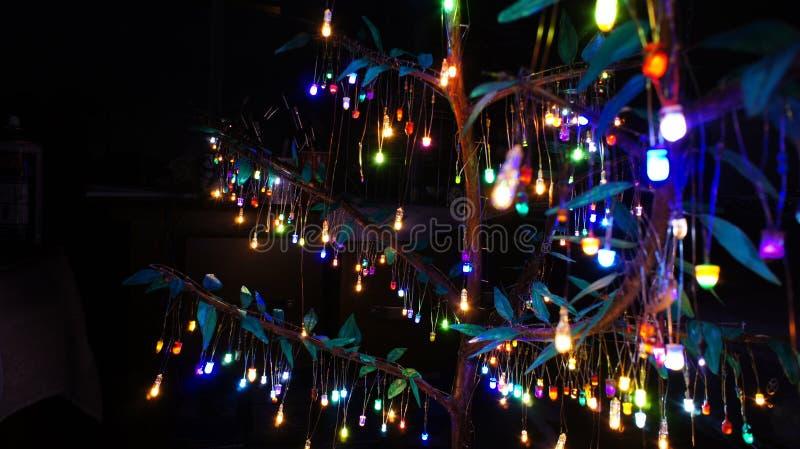 Luzes borradas punk do diodo emissor de luz do vapor em uma árvore artificial fotos de stock