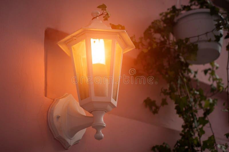 Luzes brancas antigas de jardim com bateria solar imagens de stock