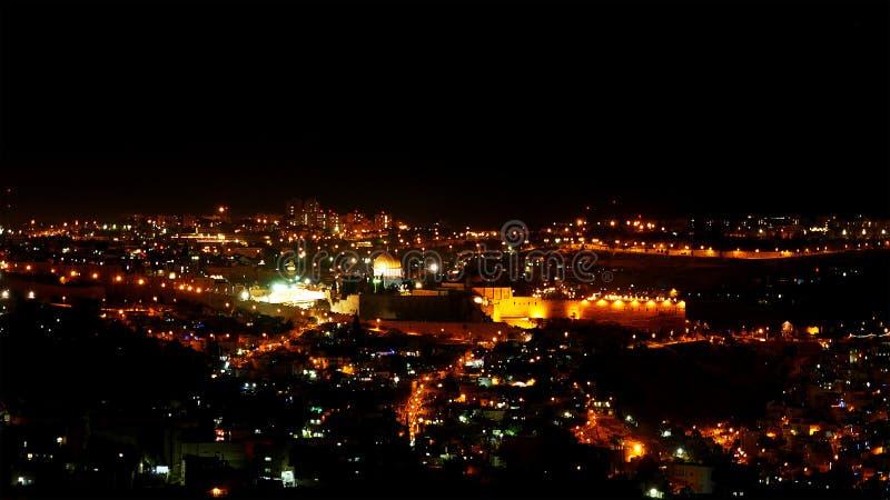 Luzes brilhantes da cidade do Jerusalém na noite imagem de stock royalty free