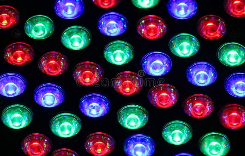 Luzes brilhantes de um clube noturno com os bulbos coloridos de muitas cores imagens de stock
