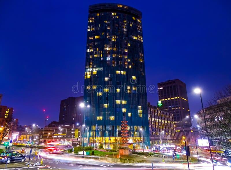 Luzes brilhantes, sensação grande da cidade de Birmingham Reino Unido em uma noite dos invernos foto de stock