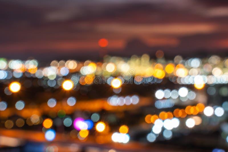Luzes coloridas de balas de abajur sobre a cidade, no estilo de filme antigo fotografia de stock