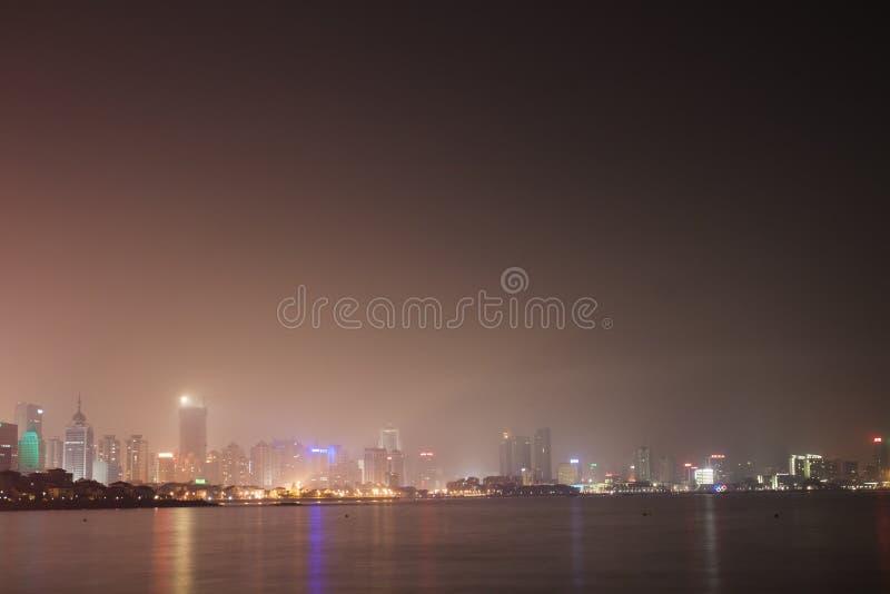 Luzes da cidade de Qingdao imagem de stock