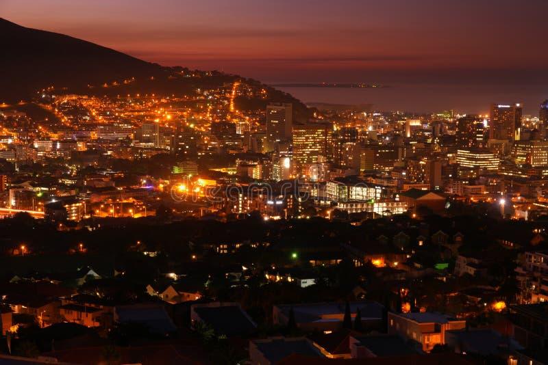 Luzes da cidade da noite de Cape Town imagens de stock royalty free