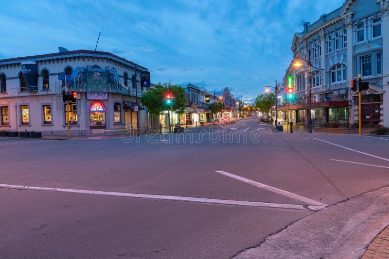 Luzes da cidade da noite, faróis do carro das construções foto de stock royalty free