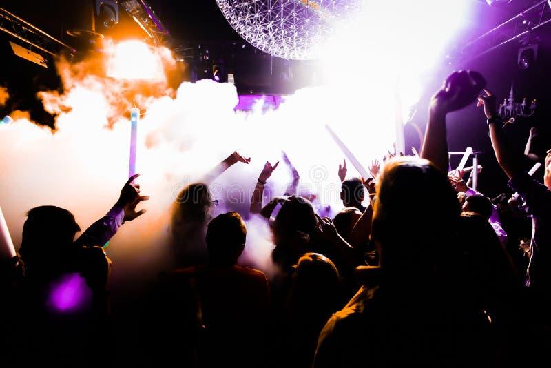 Luzes da dança dos confetes da multidão do concerto imagens de stock royalty free