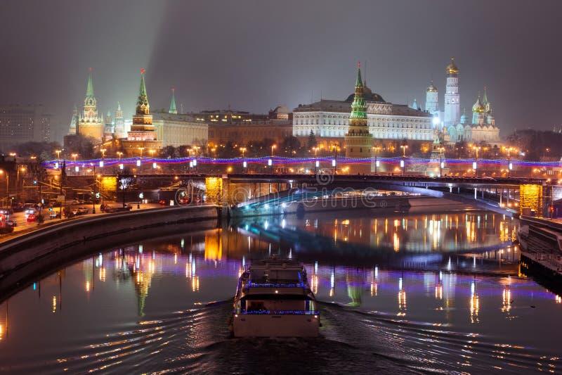 Luzes da noite do Kremlin de Moscou imagens de stock