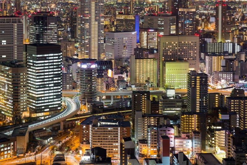 Luzes da noite do prédio de escritórios da cidade foto de stock royalty free