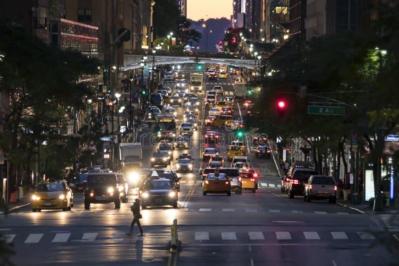 Luzes da noite do tráfego crosstown na 42nd rua em New York City fotos de stock royalty free