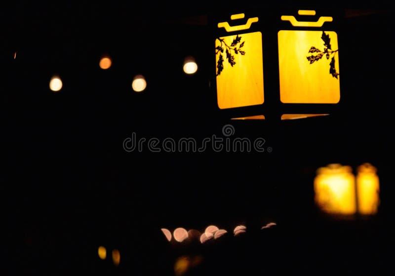 Luzes da noite: Uma estadia acolhedor imagens de stock