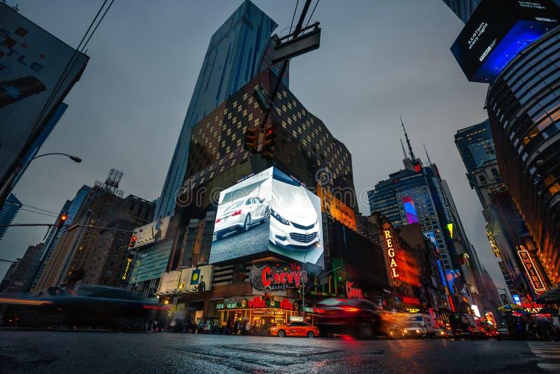 Luzes da propaganda em ruas de Manhattan no tempo da noite fotografia de stock royalty free