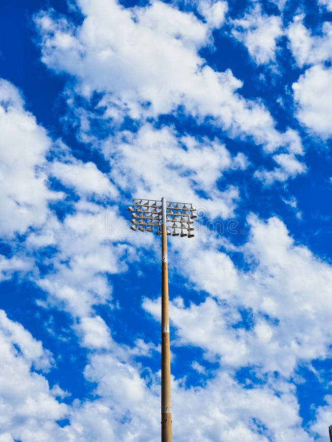 Luzes da torre do estádio, céu azul e nuvens brancas fotos de stock royalty free