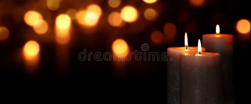 Luzes da vela na escuridão foto de stock royalty free