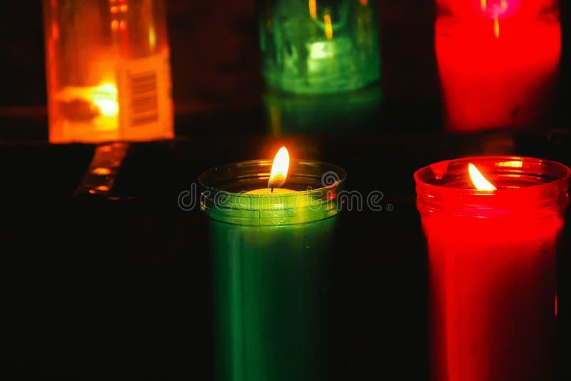 Luzes da vela na escuridão em uma igreja fotos de stock royalty free