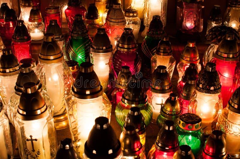 Luzes da vela no cemitério imagem de stock