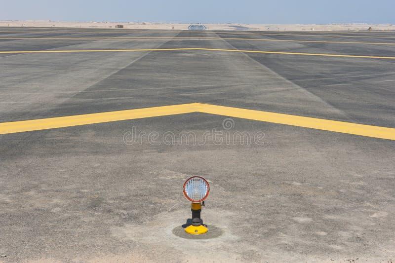 Luzes de aproximação em uma pista de decolagem do aeroporto imagem de stock royalty free