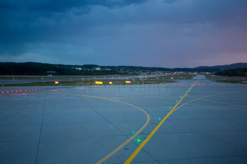 Luzes de aterrissagem na noite na pista de decolagem do aeroporto imagens de stock royalty free