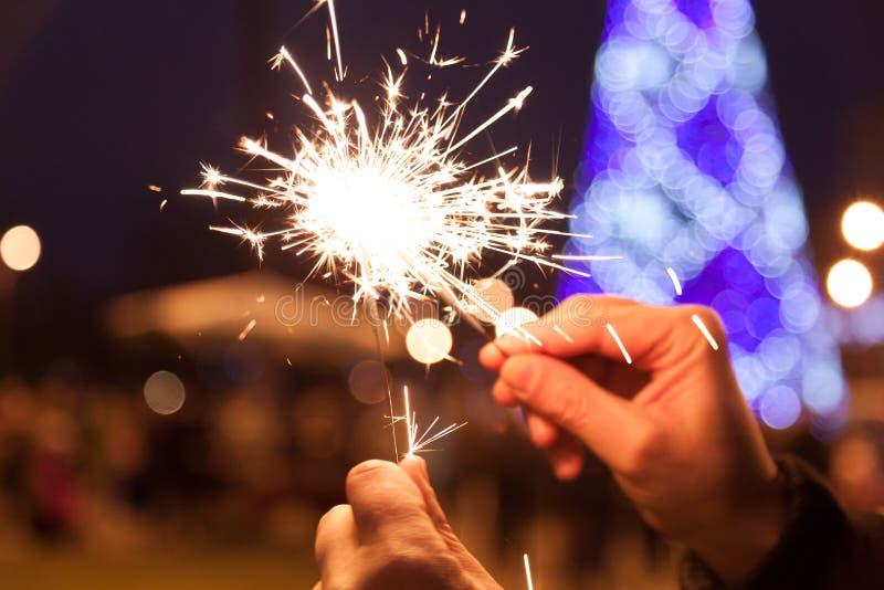 Luzes de Bengal transversais na véspera de ano novo do Natal imagem de stock