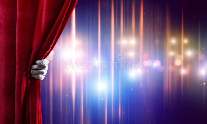 Luzes de Bokeh atrás da cortina da cortina e para entregar a abertura dela imagem de stock