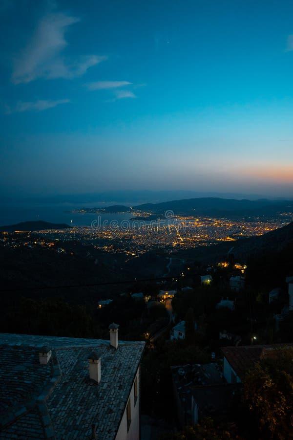 Luzes de incandescência a cidade grega da janela do hotel imagens de stock royalty free