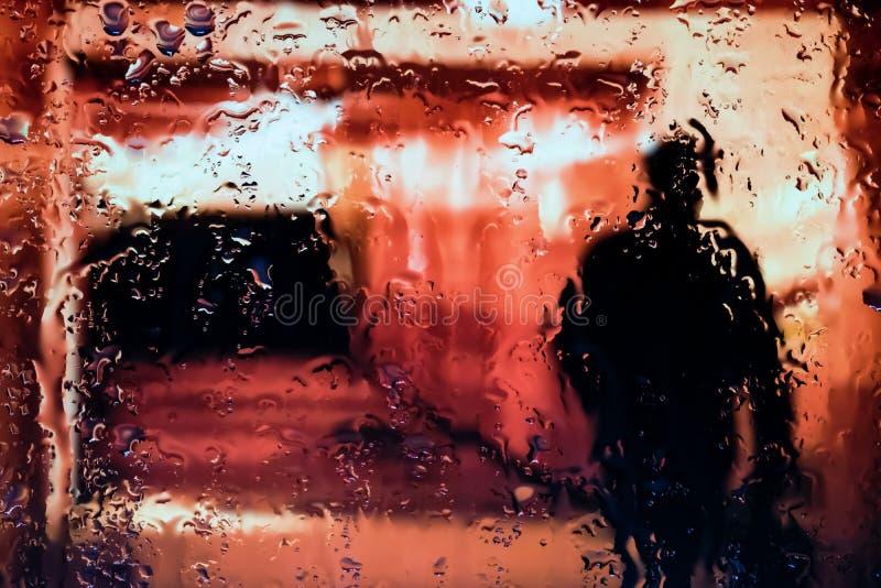 Luzes de néon atrás das gotas da água perto acima imagens de stock royalty free