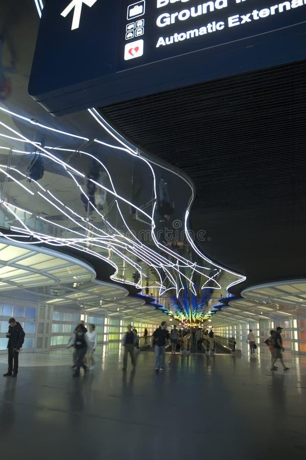 Luzes de néon no corredor do aeroporto fotografia de stock royalty free