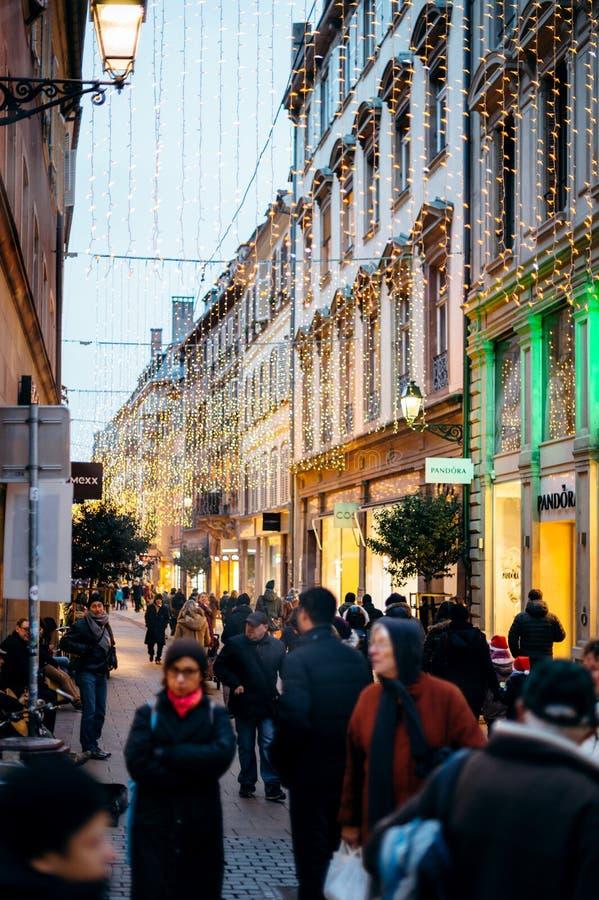 Luzes de Natal acima do bokeh bonito das ruas foto de stock