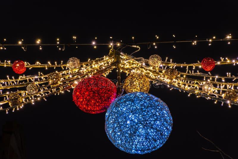 Luzes de Natal bonitas que penduram na rua, Lovaina Bélgica imagem de stock