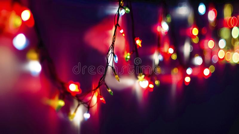 Luzes de Natal borradas coloridas decorativas em Violet Background escura Luzes suaves abstratas Círculos brilhantes coloridos de foto de stock royalty free