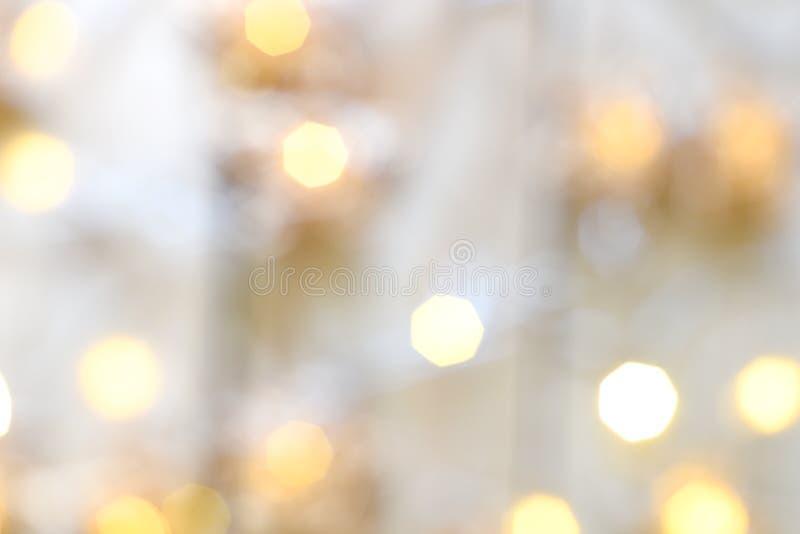 Luzes de Natal brancas e amarelas brilhantes, um fundo festivo abstrato por feriados fotos de stock royalty free