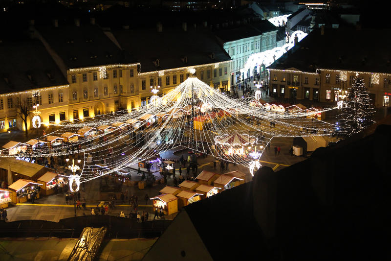Luzes de Natal da cidade - o quadrado grande em Sibiu, Romênia fotos de stock royalty free