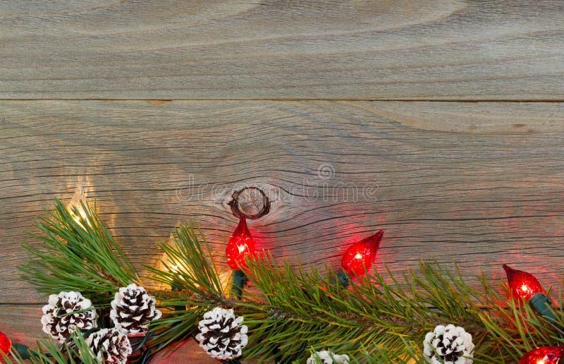 Luzes de Natal em placas de madeira rústicas fotografia de stock royalty free