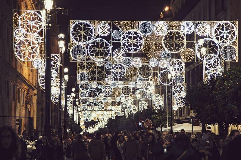 Luzes de Natal em ruas da cidade de Sevilha imagem de stock royalty free