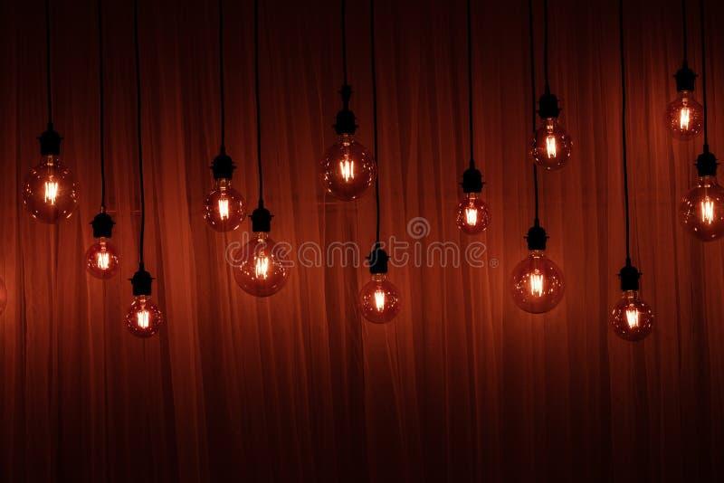 Luzes de Natal isoladas Fest?es das l?mpadas em um fundo de madeira do teto fotos de stock