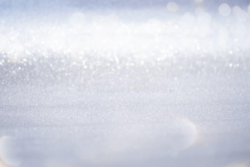 Luzes de prata abstratas do bokeh do brilho com fundo da luz suave imagens de stock