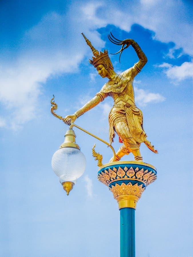 Luzes de rua elétricas projetadas e decoradas com uma estátua de Nora foto de stock