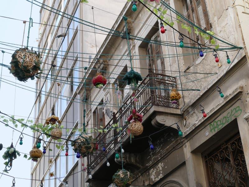 Luzes de rua de suspensão através de uma rua em Atenas, Grécia fotografia de stock royalty free