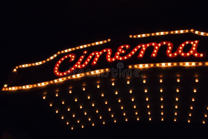Luzes de teatro do cinema na noite imagens de stock