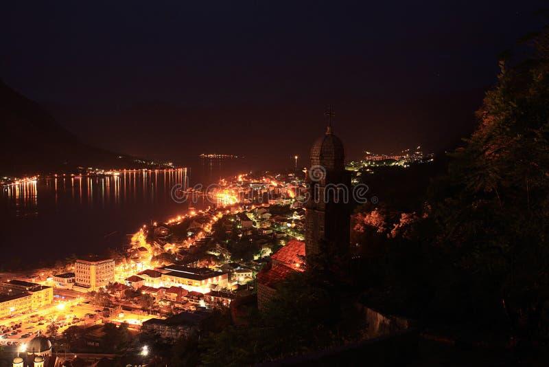 Download Luzes De Uma Cidade Da Noite Nas Montanhas Foto De Stock   Imagem  De Indústria