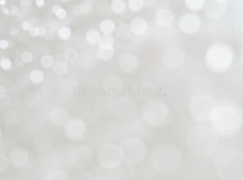 Luzes defocused do bokeh branco no fundo de prata fotografia de stock