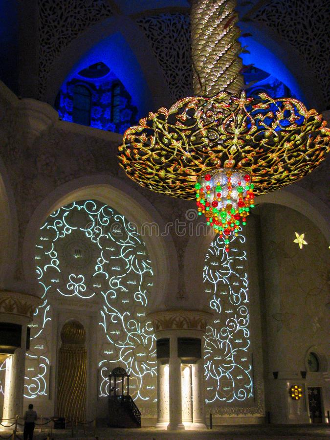 Luzes, detalhes e arquitetura bonitos do design de interiores de Abu Dhabi Sheik Zayed Mosque imagens de stock