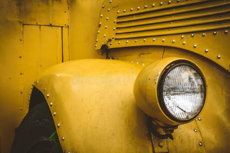 Luzes dianteiras do ônibus escolar foto de stock