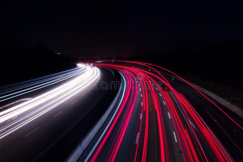 Luzes do carro na estrada com uma noite escura fotografia de stock royalty free