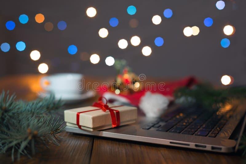 Luzes do computador e de Natal da caixa de presente do Internet do lance dos cumprimentos fotos de stock
