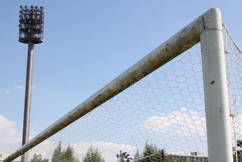 Luzes do estádio e campo de futebol fotografia de stock